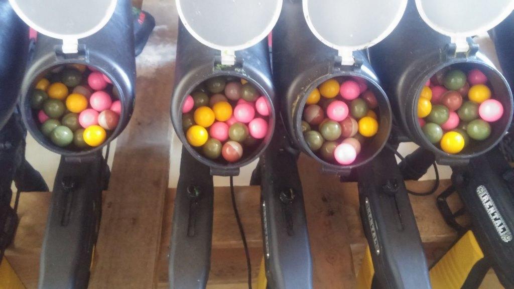 fusils de paintball chargés de billes de peinture